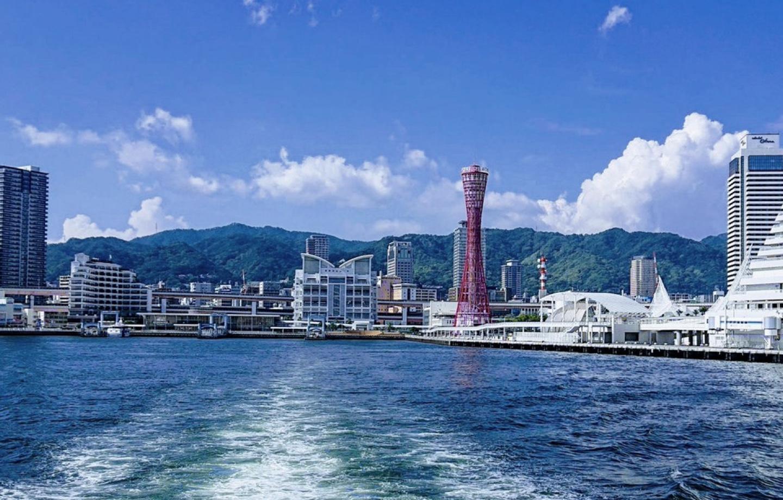神戸港の海から眺める神戸の街並み